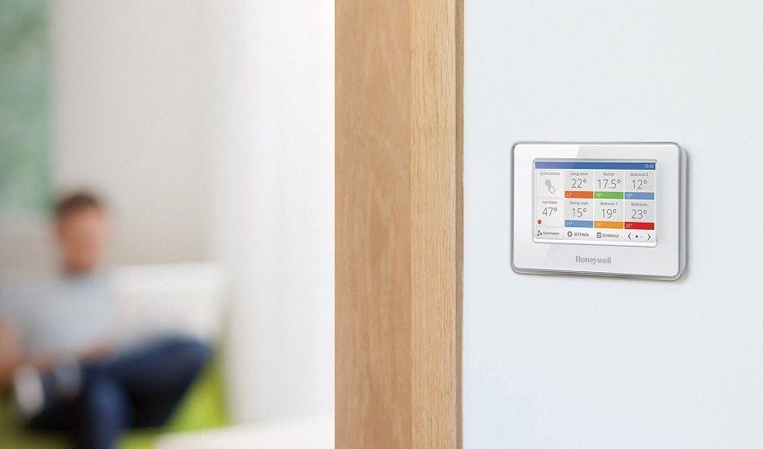 На мониторе терморегулятора отображаются данные с датчиков воздуха, собранные из разных помещений