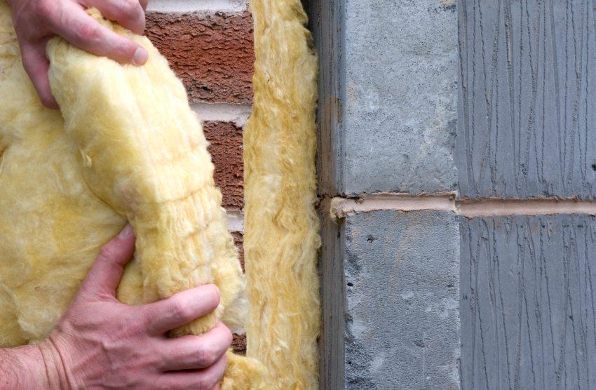 Шаг 3: монтаж теплоизоляционного материала на стены дома