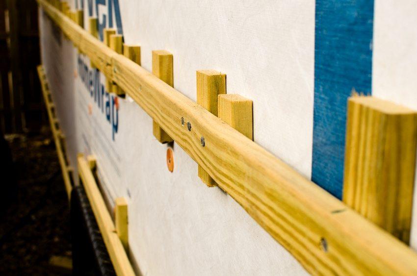 Обрешетка одновременно служит опорой для утеплителя и каркасом для монтажа сайдинга