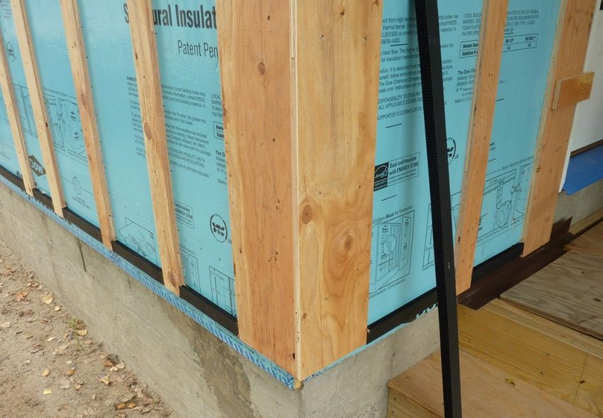 Шаги 1 и 2: подготовка стены и обустройство деревянной обрешетки
