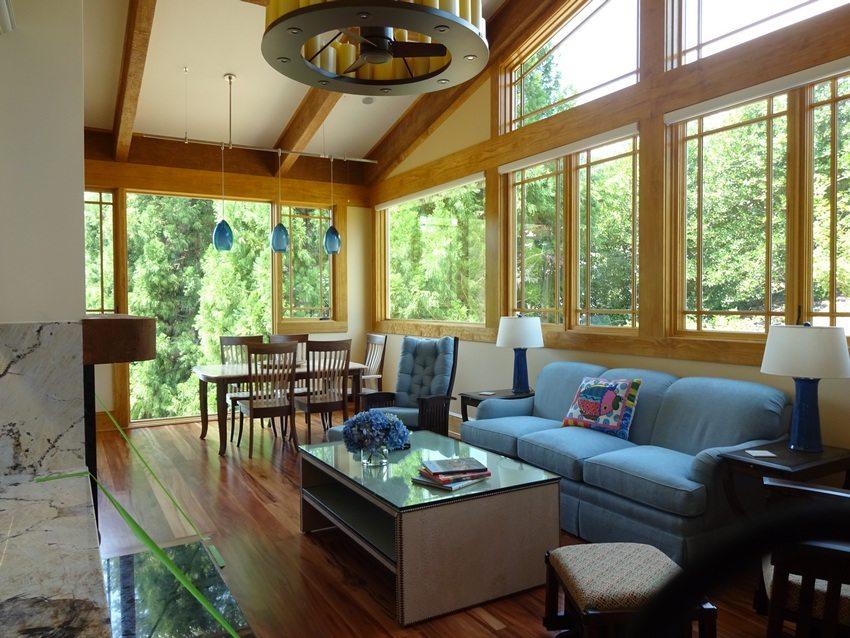 Окна веранды, выходящие в сад, помогут любоваться природой в любое время года
