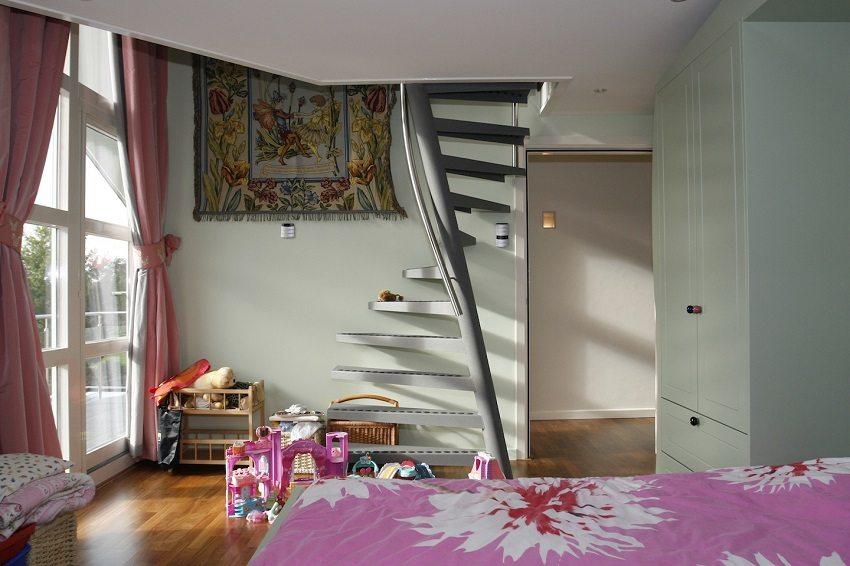 омпактная металлическая лестница на чердак
