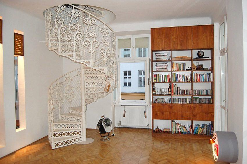 Изящная металлическая винтовая лестница