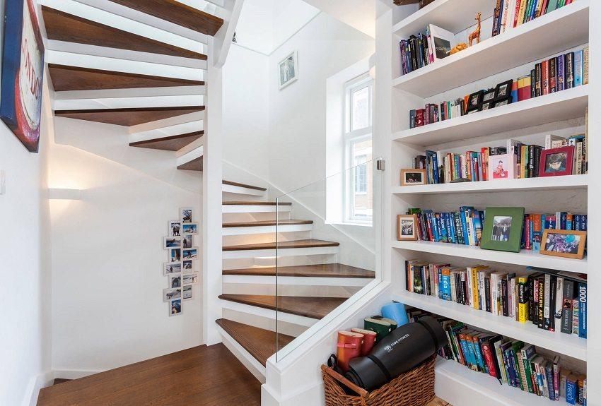 Винтовая лестница с опорой на стены и столб