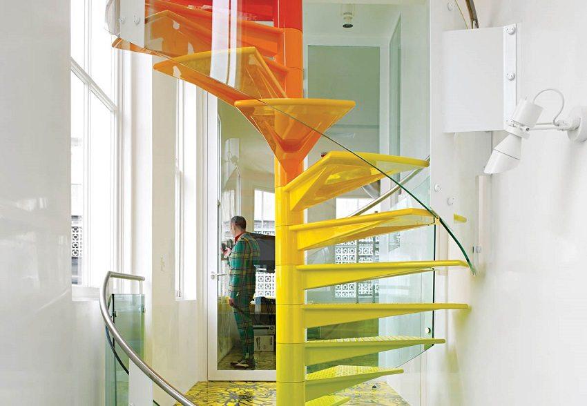 Современная винтовая лестница из металла и стекла