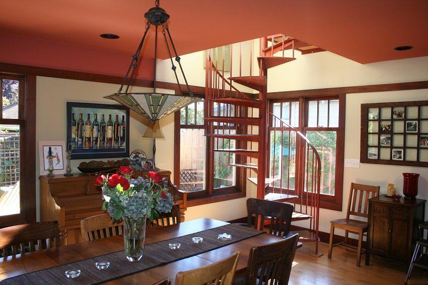 Окрас лестницы гармонирует с цветовым решением интерьера