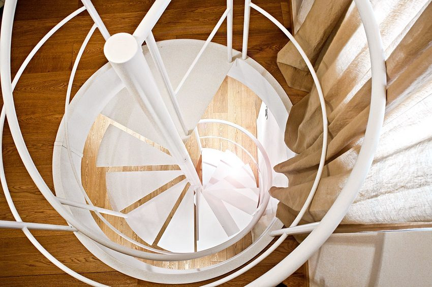 Металлическая винтовая лестница - вид сверху