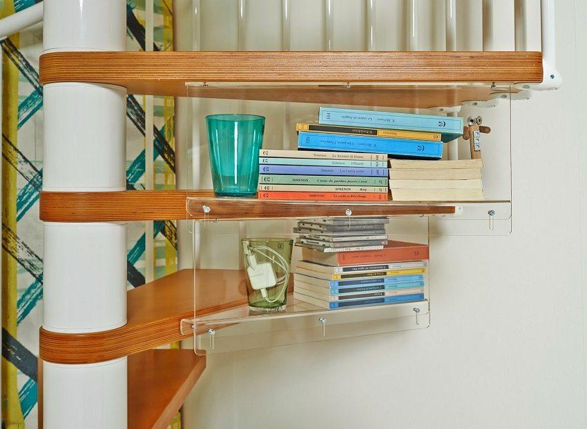Обратную сторону ступеней винтовой лестницы можно оборудовать удобными полочками