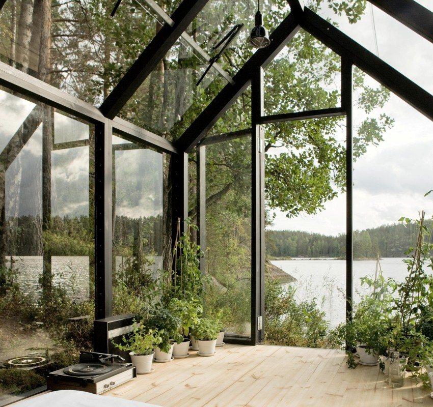 Находясь внутри стеклянной беседки можно любоваться окружающим ландшафтом