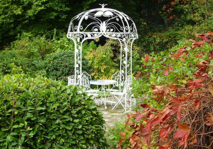 Круглая металлическая беседка в саду