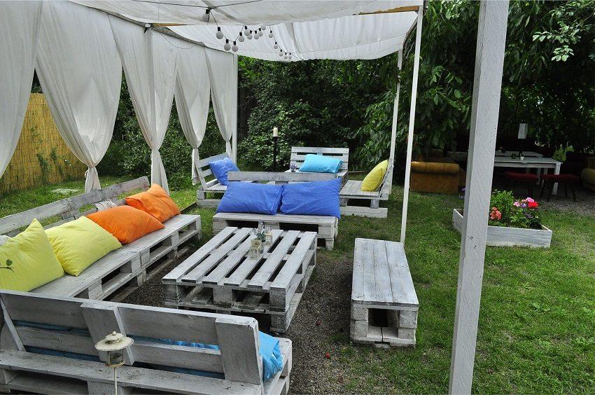 Мебель из паллет в сочетании с мягкими подушками