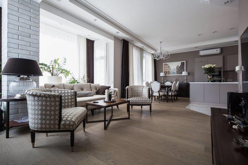 Лаконичная кухня и просторная гостиная с большими окнами