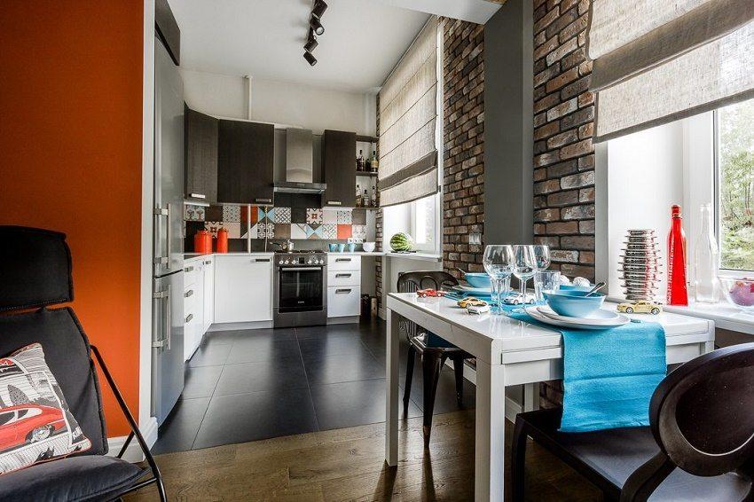 Тон помещению задала яркая геометрическая плитка на кухне
