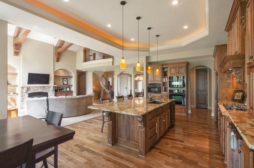Дизайн с использованием натуральных материалов и дополнительным освещением рабочей зоны на кухне
