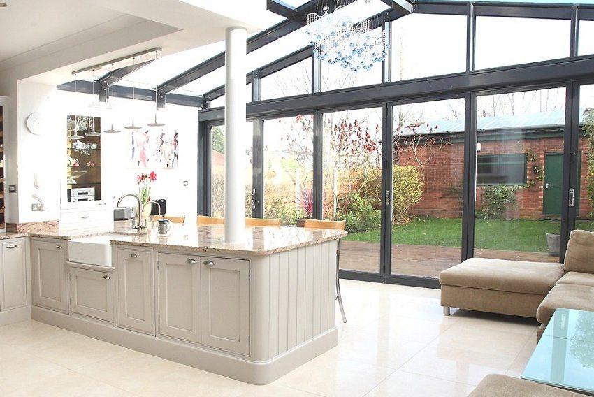 Хорошо освещенная кухня с панорамными окнами