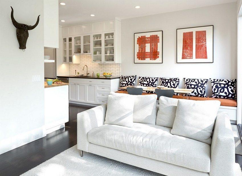 Кухня выполнена в единой цветовой палитре с зоной отдыха