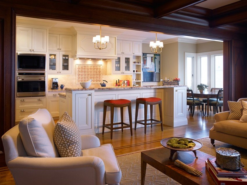Уютная гостиная в теплых тонах, объединенная с кухней в традиционном стиле