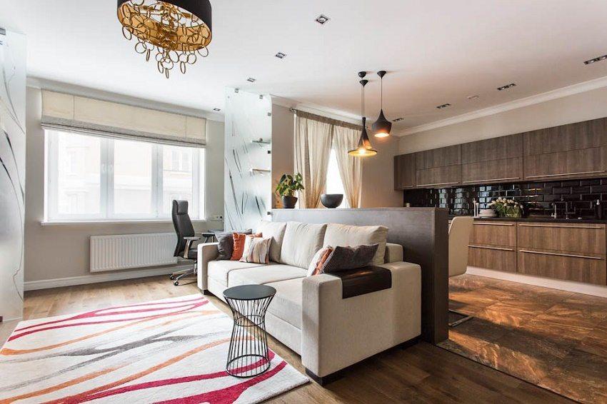 Черный кухонный фартук контрастирует с деревянной мебелью и светлыми стенами