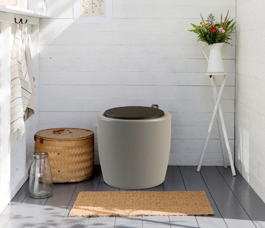Финский торфяной туалет изготовлен из современных композитных материалов