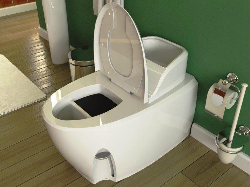 Удобный биотуалет выполнен из белого пластика