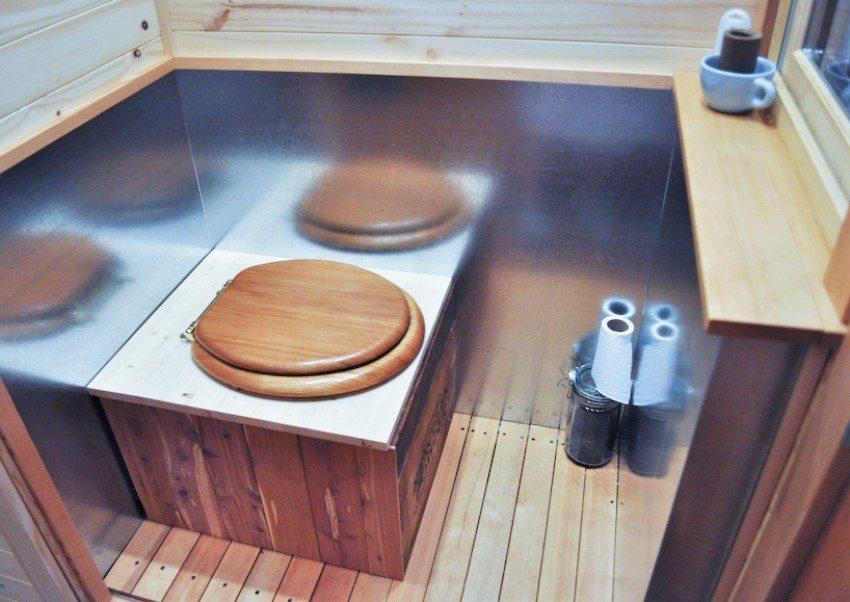 Вариант обшивки биотуалета деревянными досками