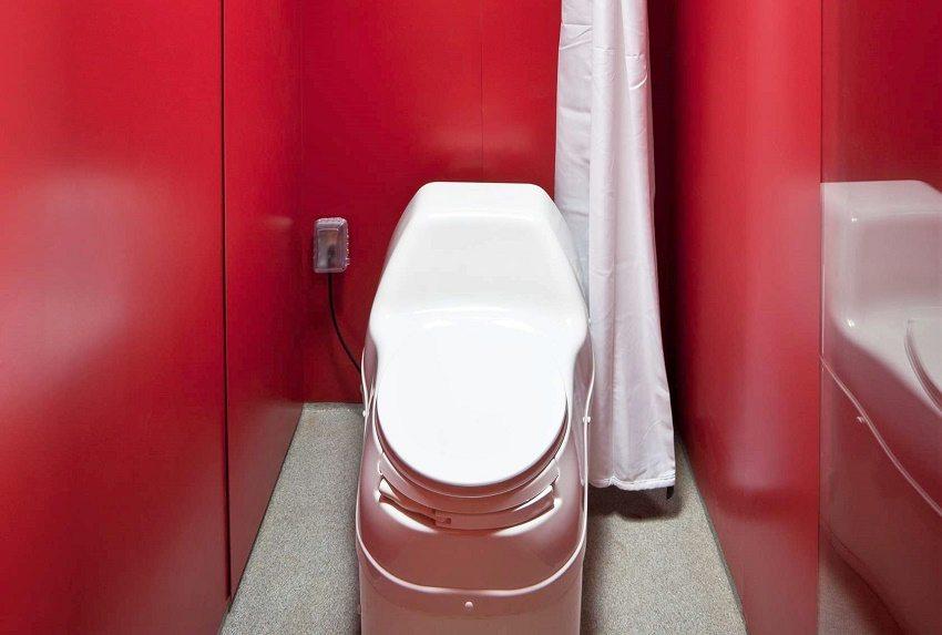 Нижняя емкость электрического биотуалета состоит из двух камер для разделения отходов