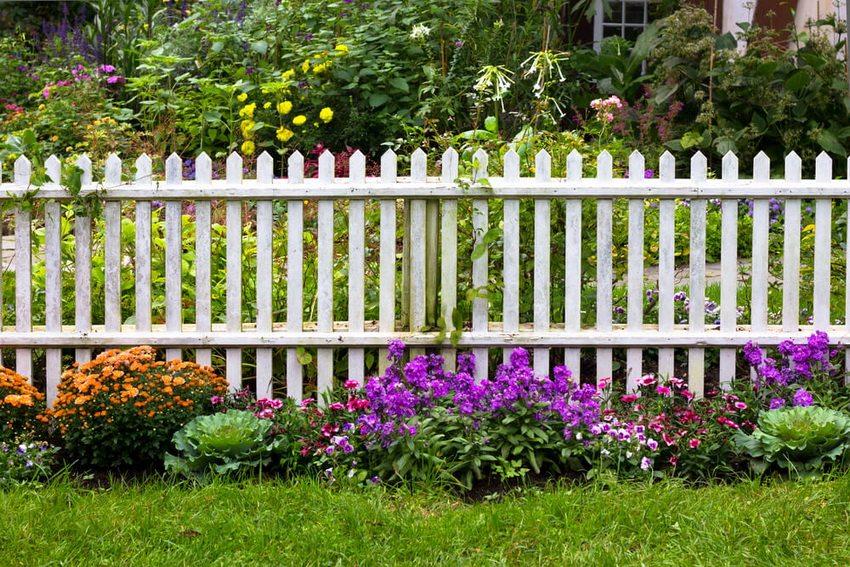 Цветник просто и со вкусом будет сочетаться с любым забором