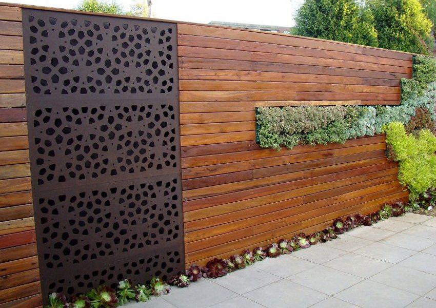 Современный дизайн ограждения с использованием разных материалов и озеленения