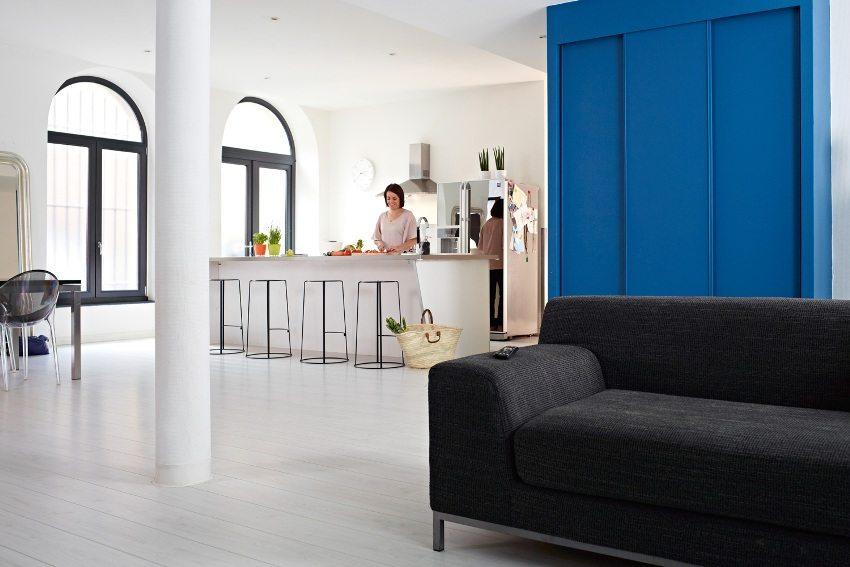 На полу кухни-гостиной уложен влагостойкий ламинат