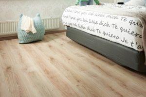 Ламинированное покрытие на полу в спальне