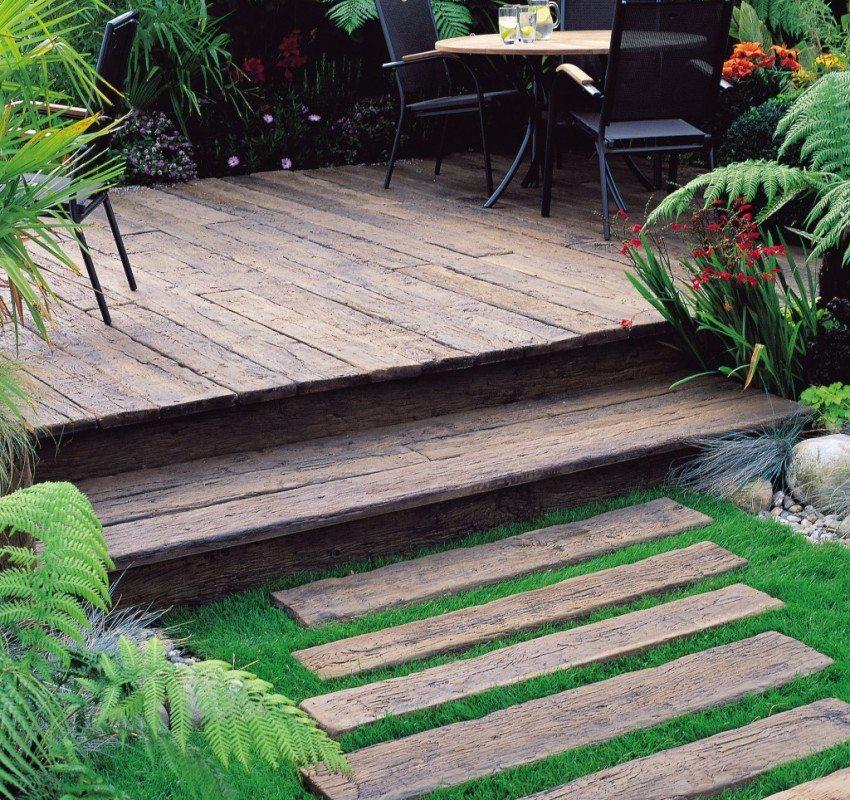 Дорожка и площадка-подиум выполнены из деревянных досок