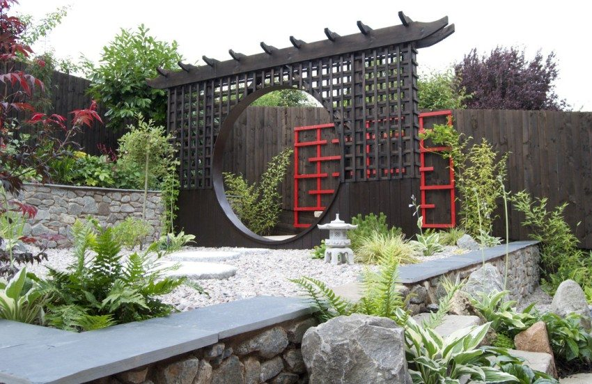 В саду размещены декоративные элементы, характерные для японского стиля