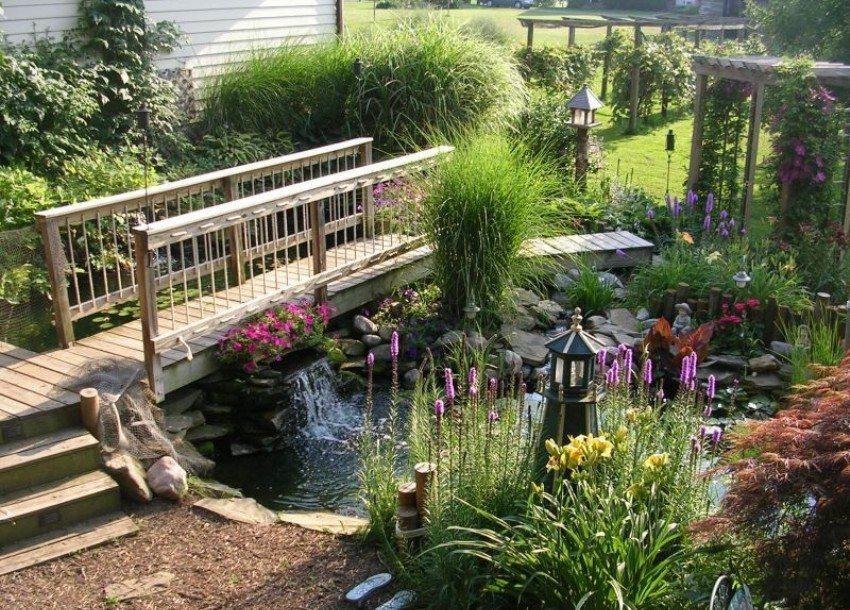 В саду обустроен пруд и деревянный мостик над ним