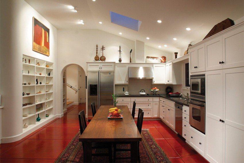 Пол кухни оформлен с использованием яркой красной плитки