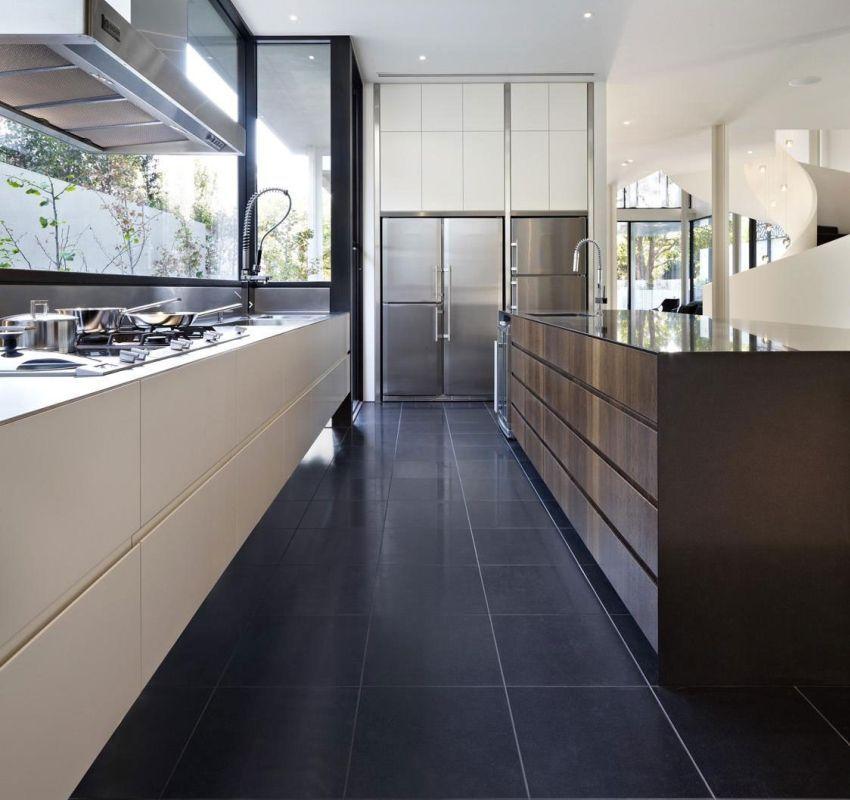 Элегантная плитка графитного цвета на кухне