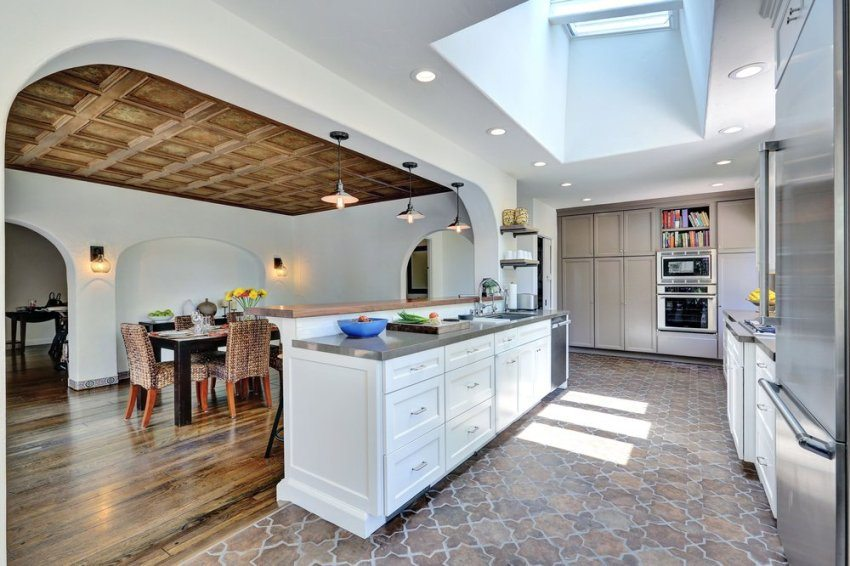 Дерево и керамика в отделке пола кухни-столовой