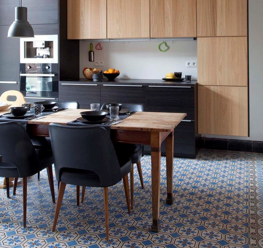 Плитка с ярким рисунком на полу кухни-столовой