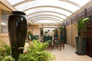 Навес арочной формы, покрывающий двор частного дома