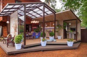Навес, пристроенный к дому, с двускатной крышей