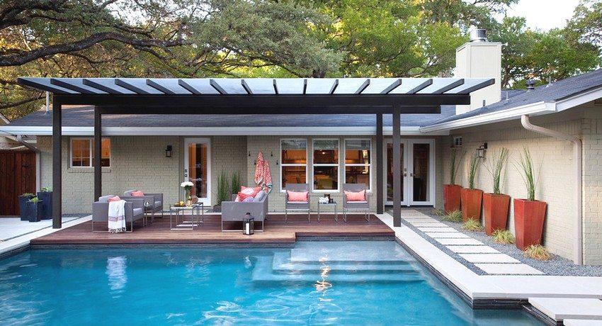 Навес с покрытием из поликарбоната идеально вписывается в дизайн придомовой территории