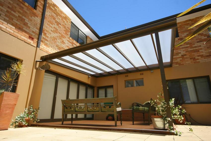 Навес из поликарбоната с односкатной конструкцией крыши