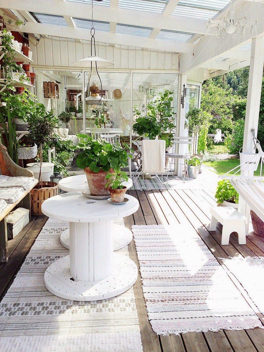Растения, размещенные под навесом, создадут неповторимую атмосферу для отдыха