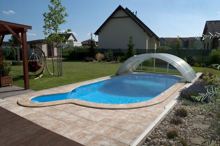 Навес, установленный над бассейном, поможет надолго сохранить воду чистой
