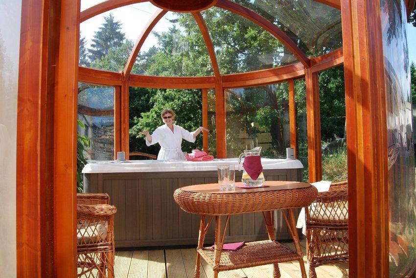 Навес, изготовленный из поликарбоната, в форме купола