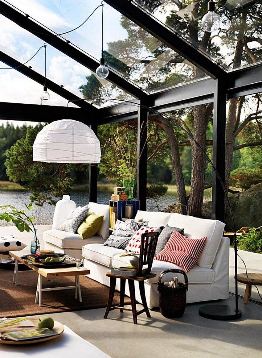 Двускатная крыша навеса покрыта прозрачным монолитным поликарбонатом