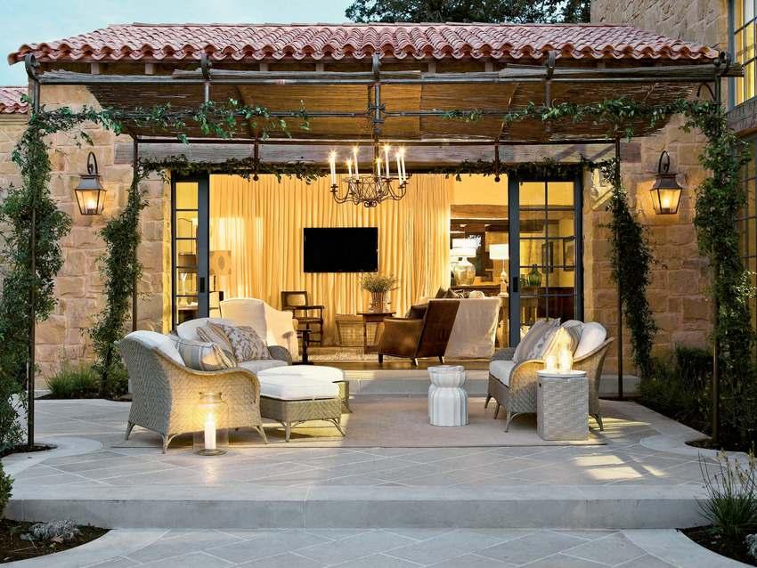 Навес во дворе частного дома, выполненный в форме арки