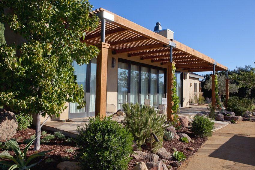 Односкатные конструкции могут быть пристроены к дому, гаражу или ограждению