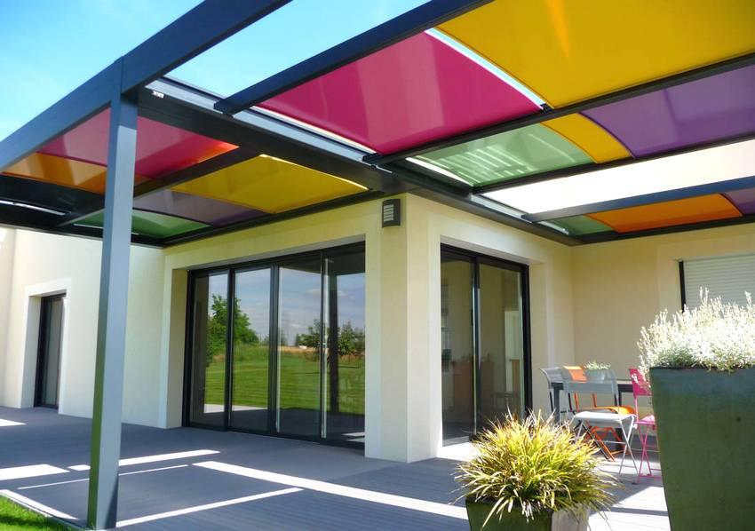 Навес во дворе частного дома с яркой разноцветной крышей