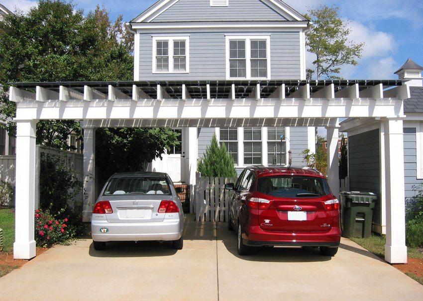 На крыше навеса для автомобилей установлены солнечные батареи