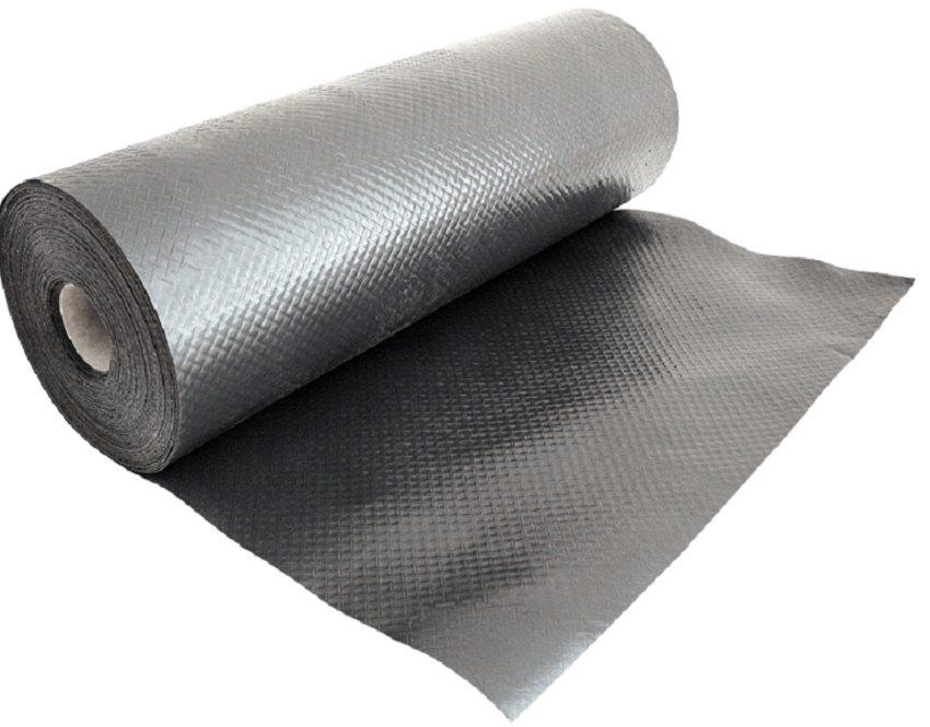 Пароизоляционная пленка выпускается в рулонах, благодаря чему с ней легко работать